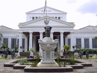 Monument Gajah terlihat dari depan