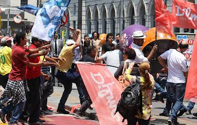 Militantes do PT e do PSDB - Um Asno