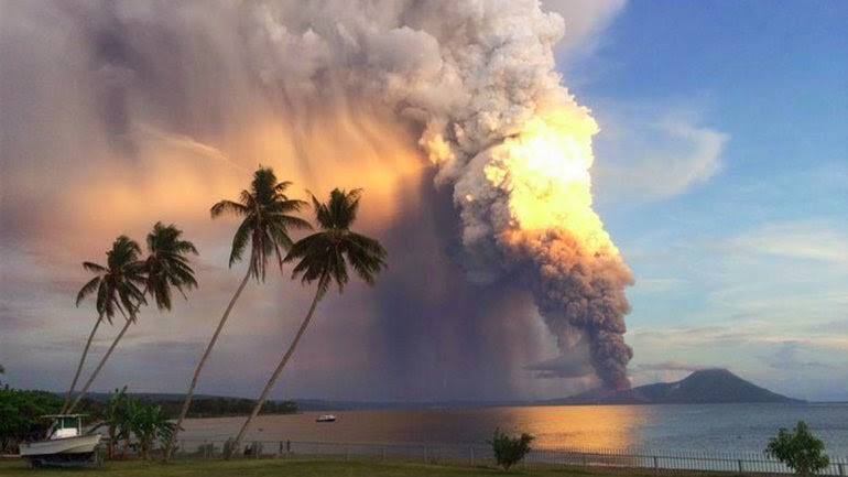 ENTRO EN ERUPCION EL VOLCAN TAVURVUR EN NUEVA BRETAÑA, PAPUA NUEVA GUINEA