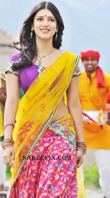 Shruti_Hassan_half_saree_walking_stills_from_Gabbar-Singh
