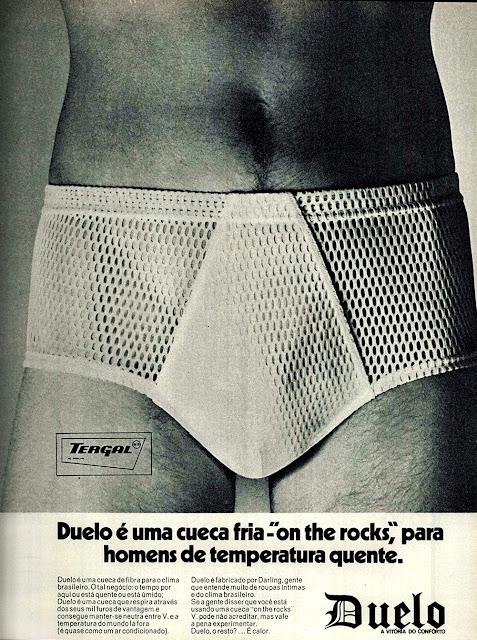 Propaganda da Cueca Duelo, apresentando um modelo apropriado para o clima brasileiro: mil furo para respiro de pele.