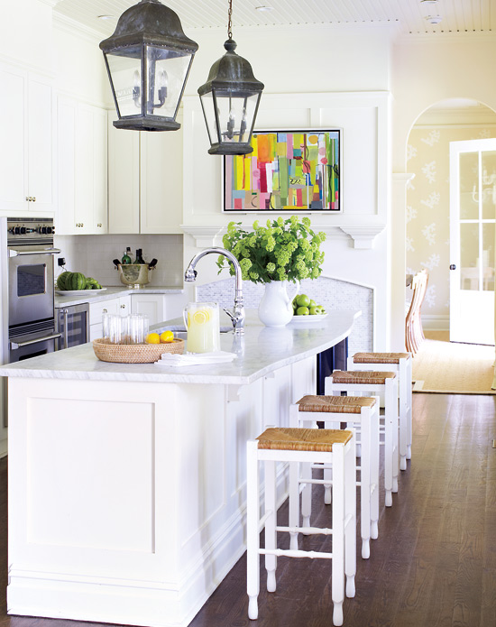 Mix and chic home tour a beach house in the hamptons for Hampton style kitchen stools
