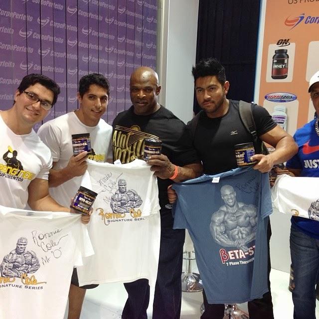 Ronnie Coleman autografou camisetas e tirou foto com fãs