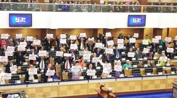 """Dewan Rakyat kecoh pembangkang pegang plakad """"Mana RM2.6 Bilion?"""""""