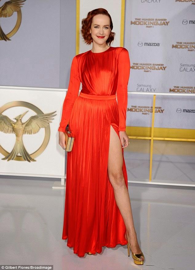 الممثلة الأمريكية جينا مالون في ثوب أحمر جميل خلال العرض الأول لفيلم Hunger Games