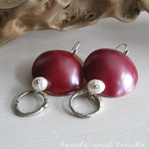 Orecchini in rame, patina rossa, perle di fiume e argento 925
