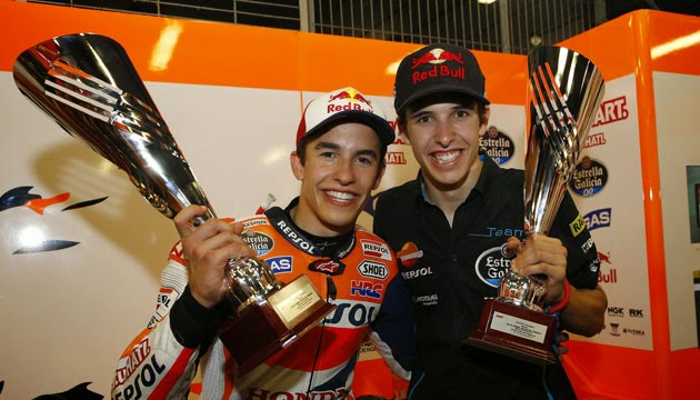 Marc celebra con su hermano su séptima victoria en siete carreras
