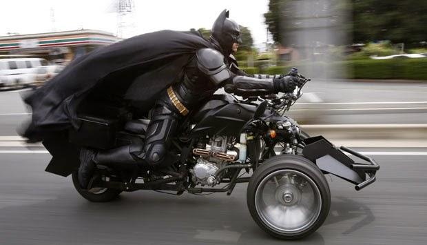 Foto Batman berkeliaran d jalanan Tokyo