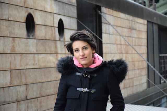 Paris quai fille