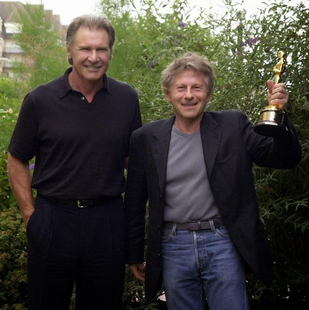 Полански  демонстрирует свою статуэтку Оскар за лучшую режиссерскую работу за фильм «Пианист»
