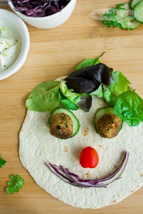 carita hecha con falafel (albóndiga de garbanzos) y verduritas
