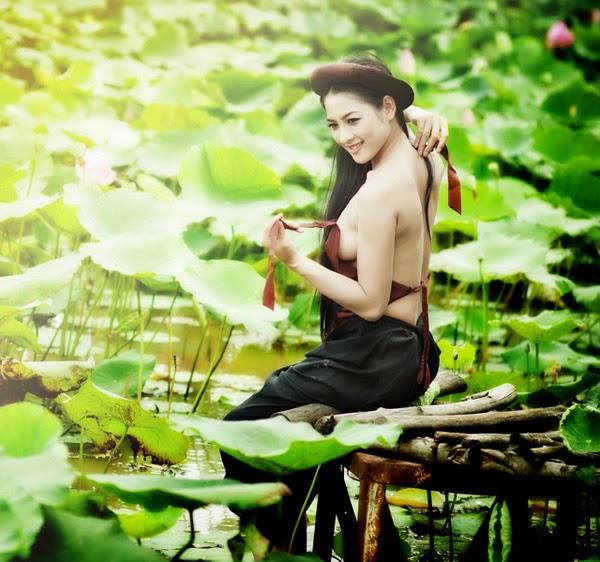 Thai Nha Van in traditional lingerie: Ao Yem