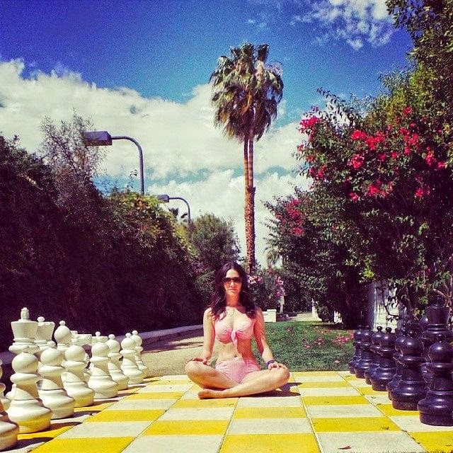 On another statement,‭ ‬Emmy Rossum shared her another beauty diamond curves in a pink bikini,‭ ‬displaying her yoga style in the middle of big chessboard.