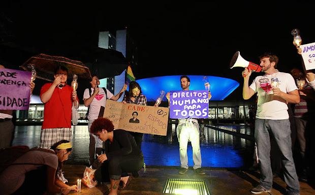 Em Brasília, manifestantes se reúnem em frente ao Congresso Nacional para uma vigília em protesto contra o presidente da Comissão dos Direitos Humanos, o deputado Marco Feliciano (Foto: Sergio Lima/Folhapress)