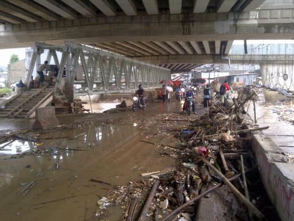 Tumpukan Sampah Sisa Banjir Bawah Flyover Kalibata Berjejer
