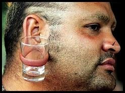 Chico con piercing en la oreja.