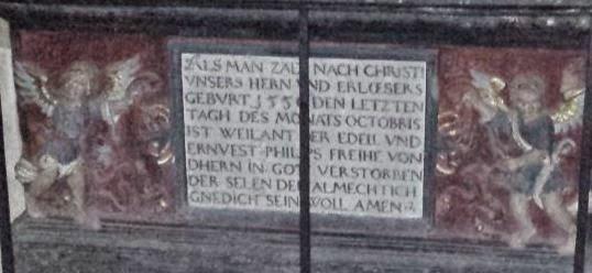 Ein Epitaph, ein Grabdenkmal mit der Abbildung eines lebensgroßen Ritters, Inschrift