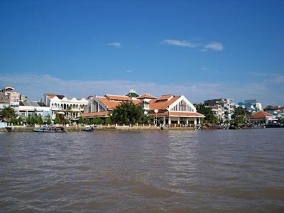 Chợ Ninh Kiều nhìn từ sông Hậu