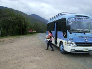 Mujer bajándose de un bus en desvío de Dulce Nombre Copán