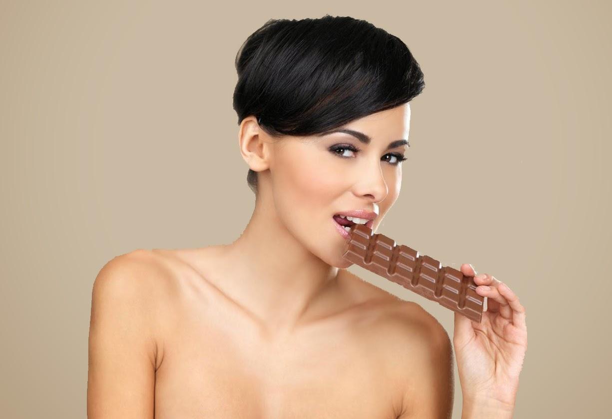 красивая сексуальная девушка с шоколадкой