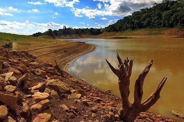 O sistema Cantareira, responsável pelo abastecimento de água de parte da região metropolitana de São Paulo, continua a bater recordes negativos.