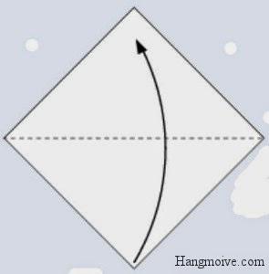 Bước 1: Bạn gấp chéo tờ giấy từ dưới lên trên để tạo thành hình tam giác.