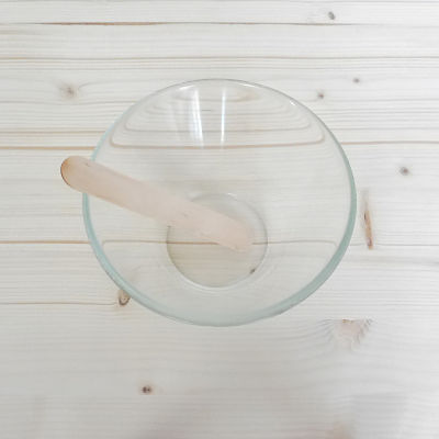 Bol de cristal y espátula de madera