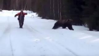 Του επιτίθεται αρκούδα... και την κάνει να το βάλει στα πόδια! (βίντεο)