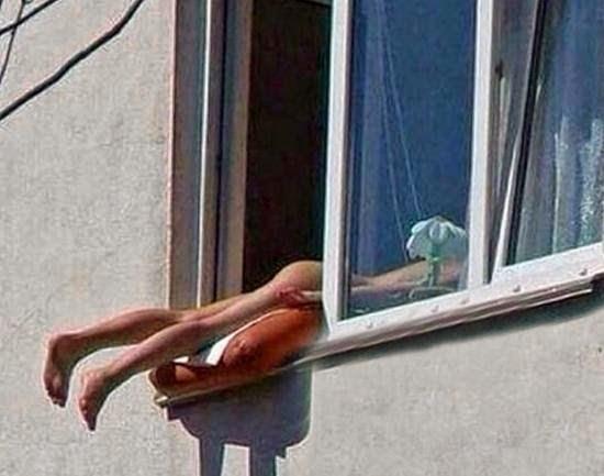 Jovem nua apanha sol à janela e causa acidentes (video)