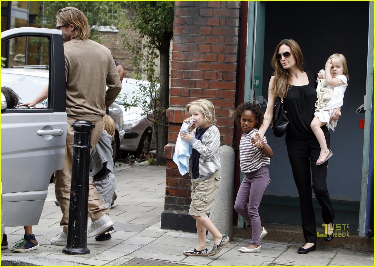http://3.bp.blogspot.com/-2CGuOK-Vrvo/TmR4QaoKHSI/AAAAAAAAAO0/aq9lv_F613I/s1600/brad-pitt-angelina-jolie-kids-smurfs-01.jpg