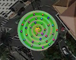 Ahora sí se distingue la magnífica espiral de Arquímedes que forman las luces, y las bolas numeradas.