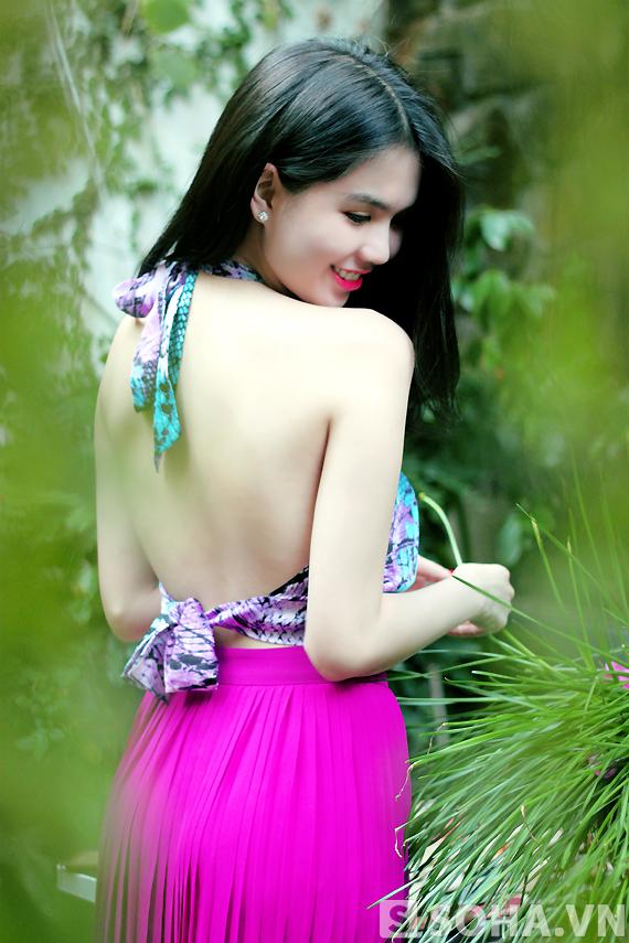Sở hữu một làn da trắng ngần, chính vì thế Ngọc Trinh luôn chọn những mẫu váy áo để khéo khoe nét đẹp của mình