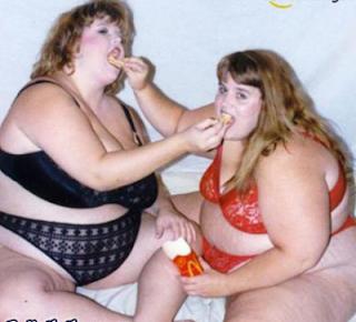 Smešne slike: dve debele devojke vole Mc Donalds
