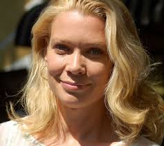 What is the height of Laurie Holden?