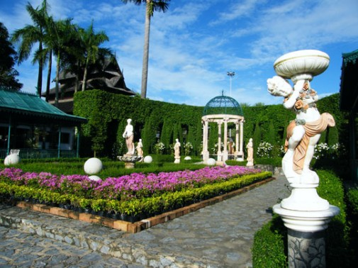 unlike the management of tropical garden relatively lighter more classic style necessitates that the degree of geometrical forms maintained by cutting - European Garden Design