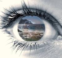Ojo de chica cuyo interior refleja un paisaje