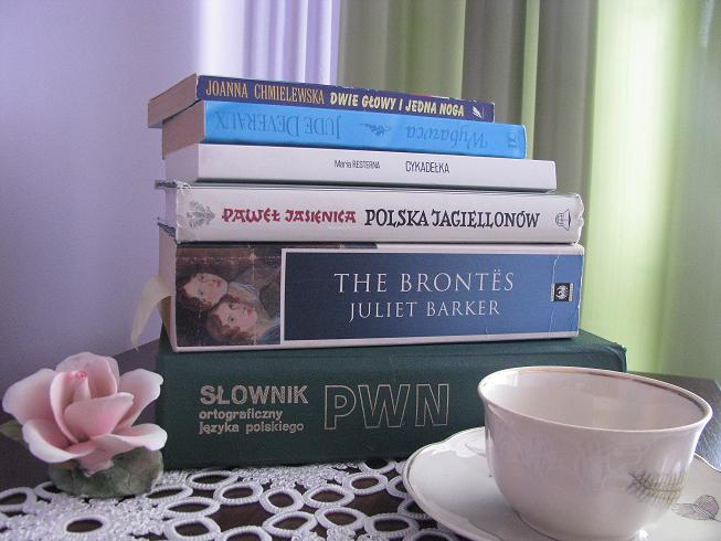 Filiżanka aromatycznej kawy lub herbata z płatkami róż i oczywiście świat pełen słów...