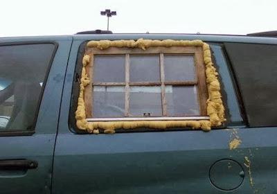 Un vitrage pourri sur une voiture, bricolage vraiment raté