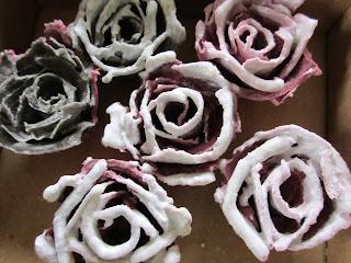 braständare, rosoe av stearin, äggkartongspyssel