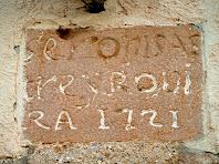 Rajola de sobre el portal, amb la data de 1721