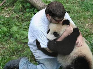 Oso y hombre fundido en un abrazo
