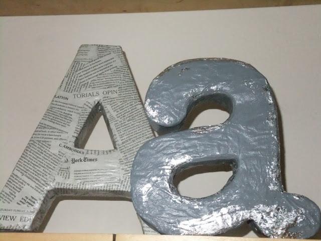 Buchstaben aus Klopapierrollen und Pappe