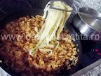 Taitei cu varza murata-dulce preparare reteta - punem pastele fierte in mancare