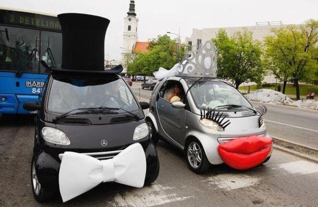 Carro de chapéu e gravata ao lado de carro com olhos e batom