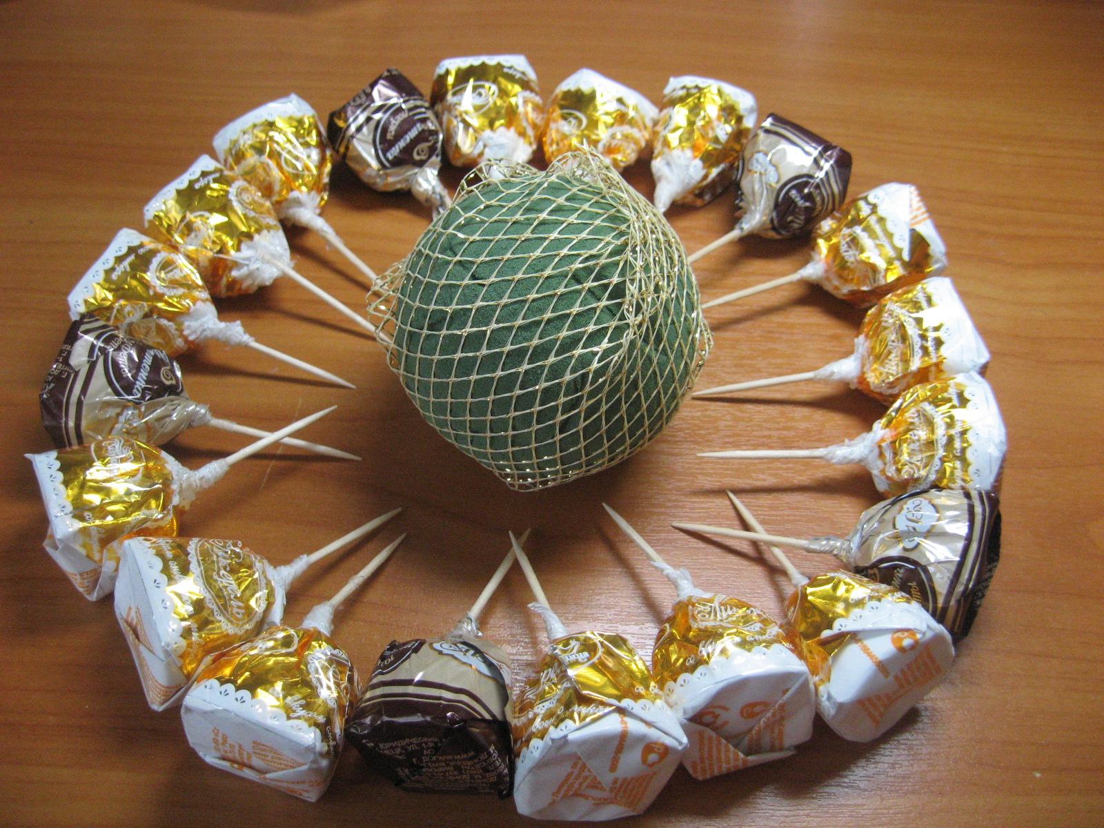 Как сделать красивую поделку из конфет 3