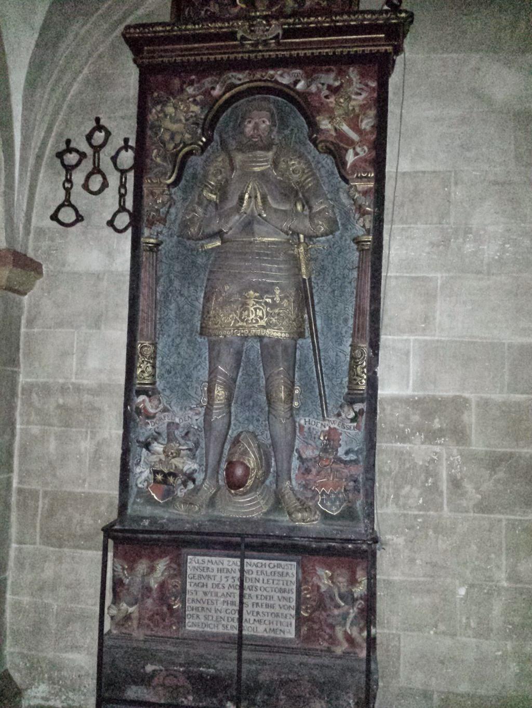 Ein Epitaph, ein Grabdenkmal mit der Abbildung eines lebensgroßen Ritters, Weiland der Edele von Dhern