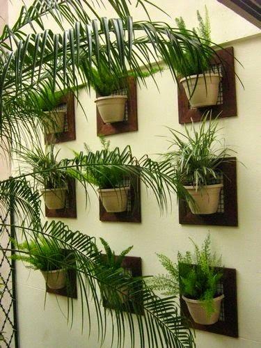 jardim vertical externo:Jardim vertical com placas de madeira e vasinhos!