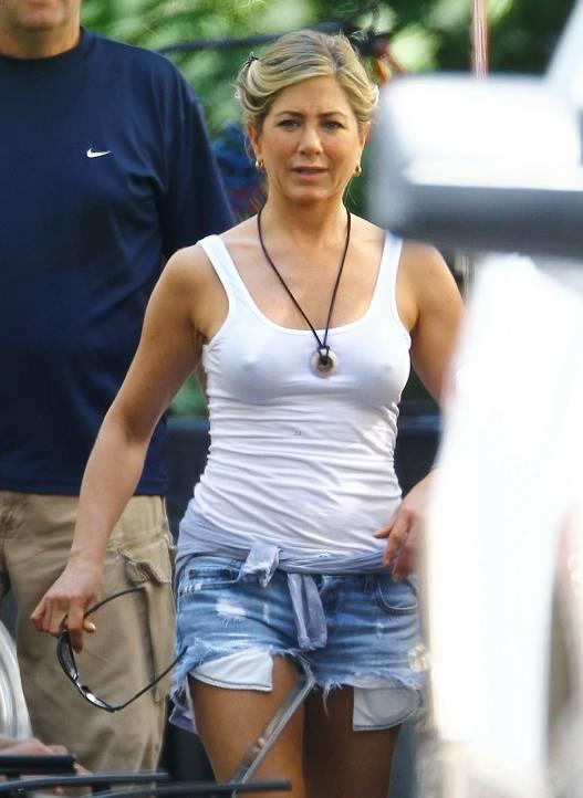 Jennifer Aniston marcando pezones en un rodaje