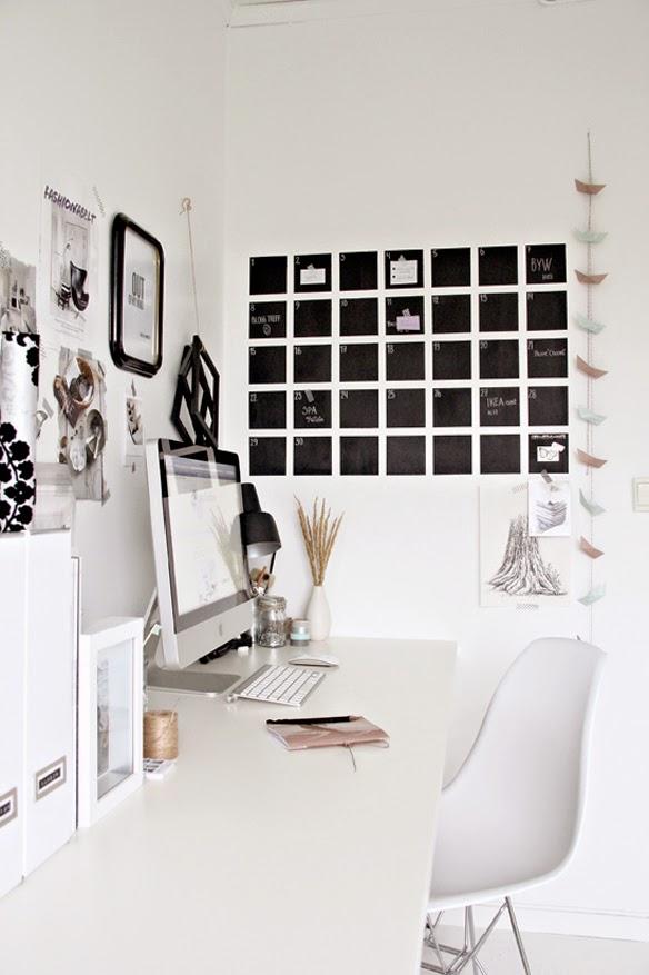 kalendarz nad biurkiem