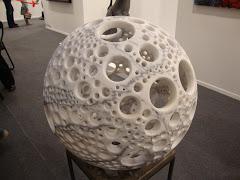 Arte tem destas maravilhas, esculpida em mármore! Uma peca única.